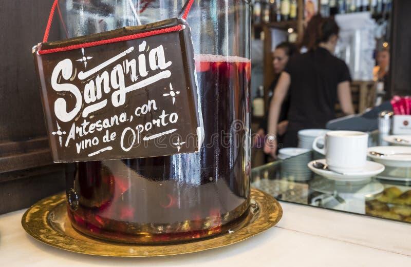 Питье Sangria проданное в Mercado de San Miguel стоковые фото