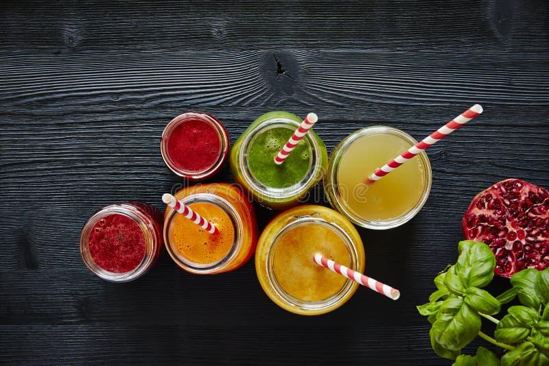 Пить бара сока красочные с соломами готовыми для того чтобы выпить стоковые изображения rf