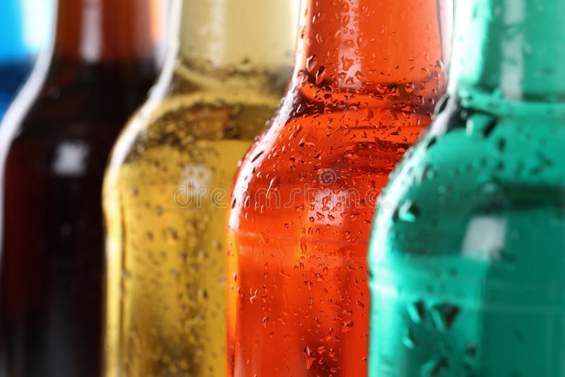 Пить соды с колой в бутылках стоковое изображение rf