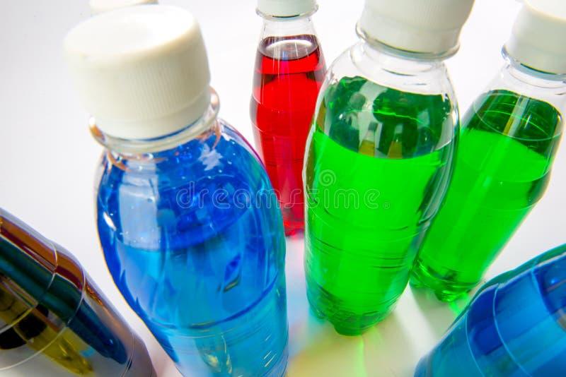 Пить энергии в красочных пластичных бутылках стоковое изображение rf