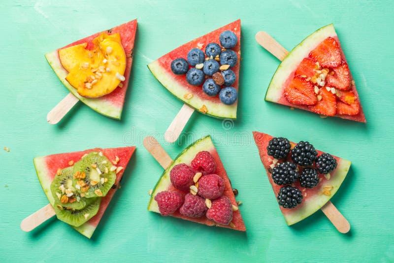 Пицца арбуза - куски с ягодами и плодоовощами, granola Свежая низкая диета карбюратора стоковая фотография rf