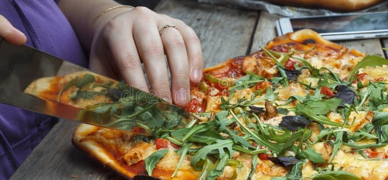Пицца вырезывания домодельная пицца скопируйте космос стоковое изображение rf