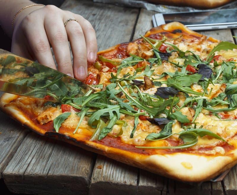 Пицца вырезывания домодельная пицца стоковое фото