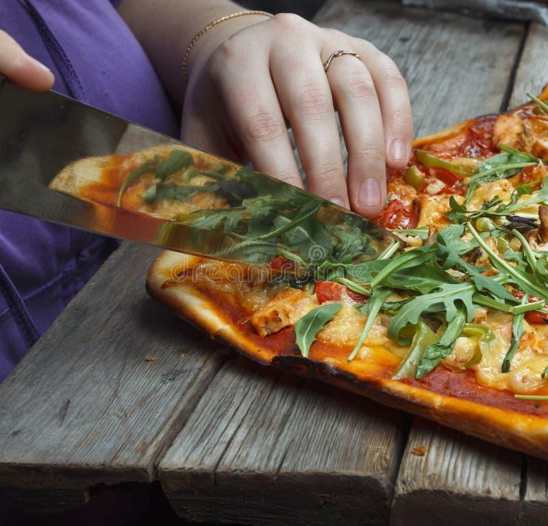 Пицца вырезывания домодельная пицца стоковое изображение rf