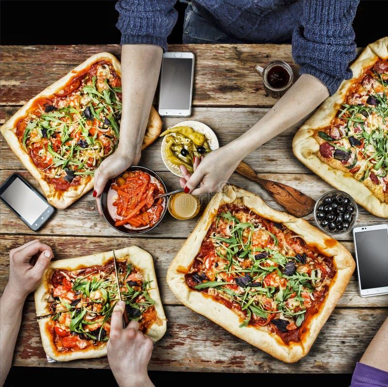 Пицца вырезывания Отечественная еда и домодельная пицца стоковые изображения rf