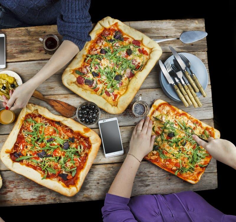 Пицца вырезывания Отечественная еда и домодельная пицца стоковая фотография rf