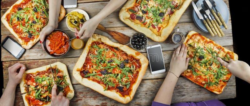 Пицца вырезывания Отечественная еда и домодельная пицца стоковые фото