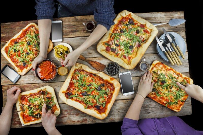 Пицца вырезывания Отечественная еда и домодельная пицца стоковое изображение rf