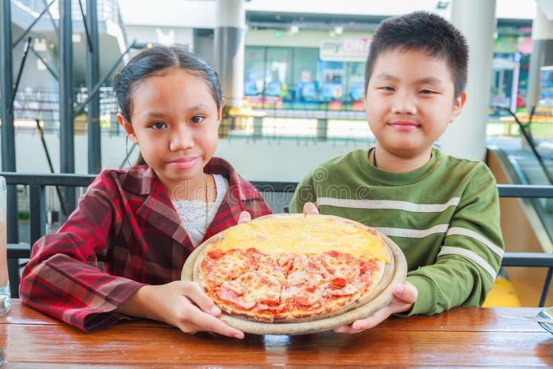 Пицца владением ребенка стоковые изображения