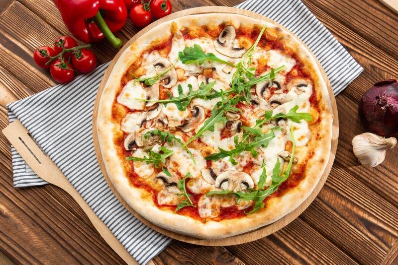 Пицца грибов r стоковое изображение rf
