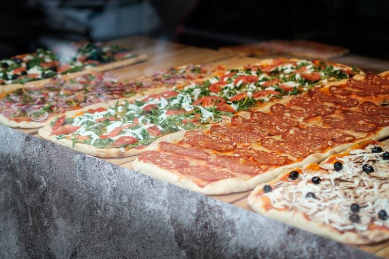Пицца для продажи, кусок пиццы за окном дисплея стоковые изображения rf