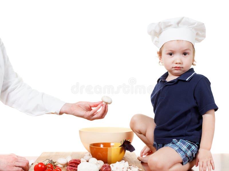 Пицца кашевара мальчика Крупный план изолированный на белизне стоковое фото rf