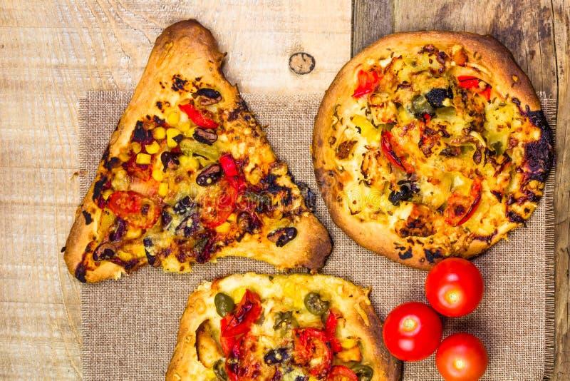 Пицца кусков крупного плана тяжело провозглашанная тост стоковые фотографии rf