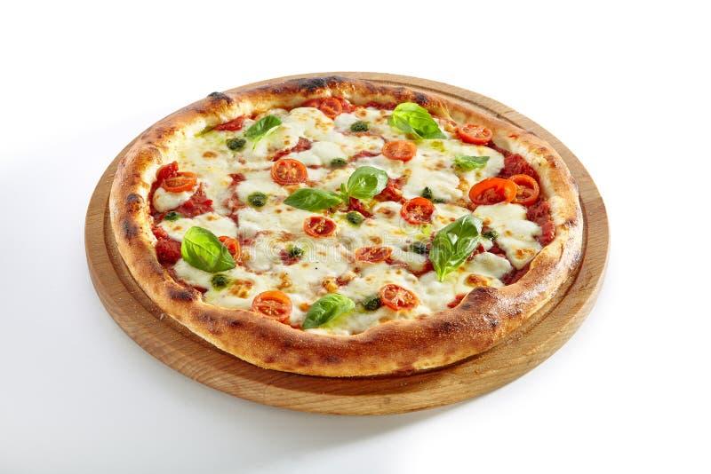 Пицца Маргарита или Margherita изолировала стоковое изображение