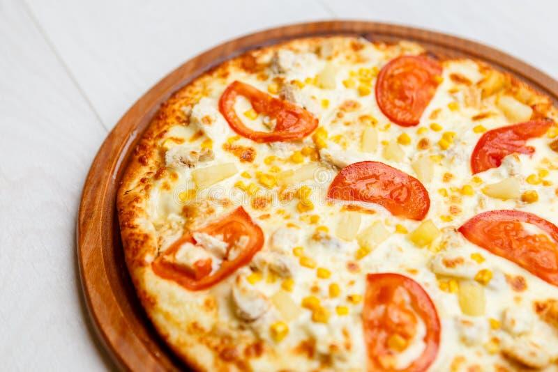 Пицца на деревянной плите стоковые изображения