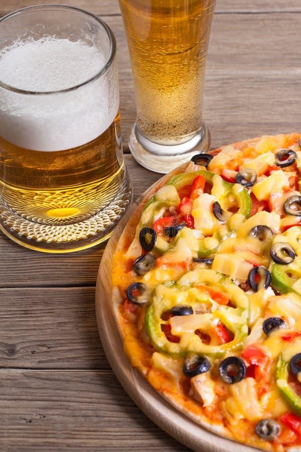 Пицца на таблице стоковое изображение rf