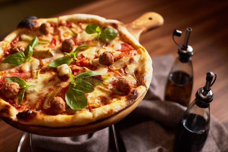 Пицца отрезанная итальянкой с фрикадельками стоковое фото rf