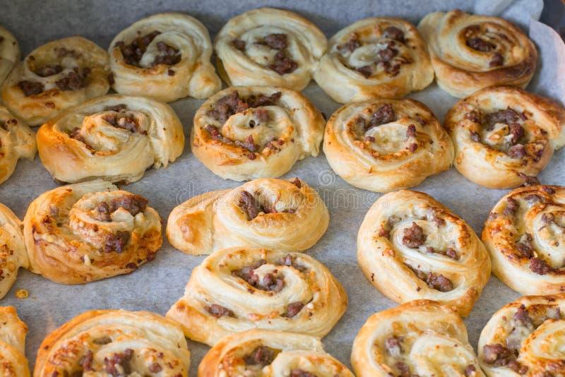 Пицца печенья слойки свертывает с семенить говядиной стоковое фото