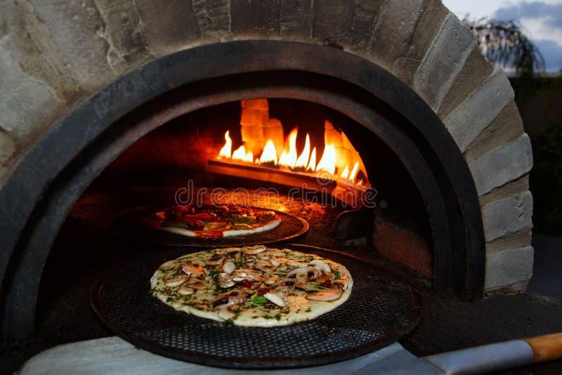 Пицца подготавливает в старой плите стоковое фото rf