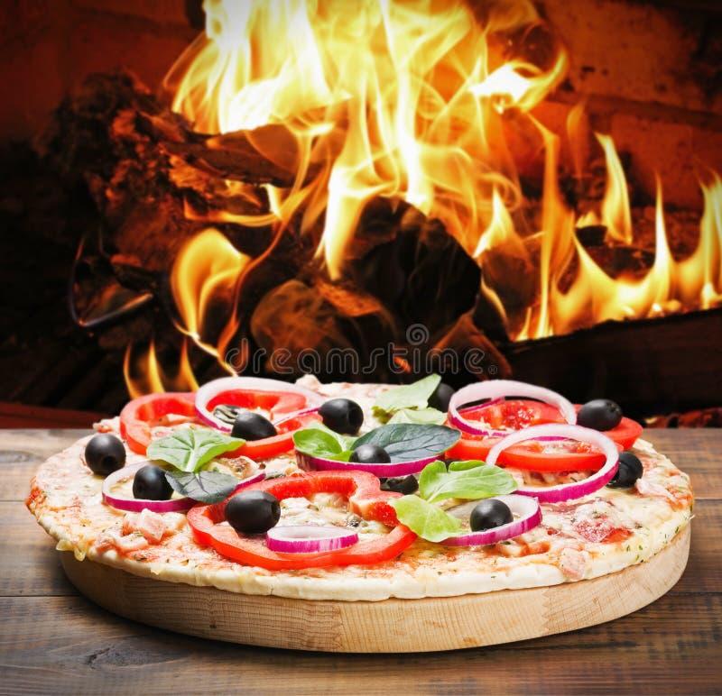 Пицца с ветчиной и сыром сварила на пожаре стоковые изображения rf
