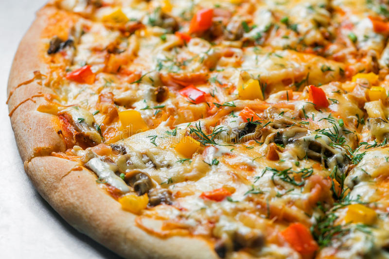 Пицца с грибами и овощами, отрезком к частям на таблице металла селективный фокус на заполняя конце-вверх стоковые изображения rf