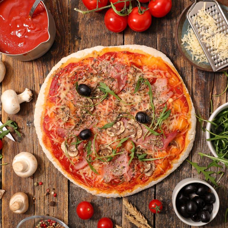 Пицца с ингридиентом стоковая фотография