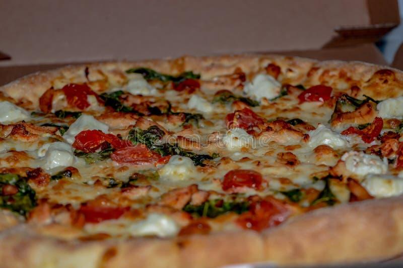 Пицца с концом-вверх сыра и шпината фета томатов вишни стоковая фотография rf