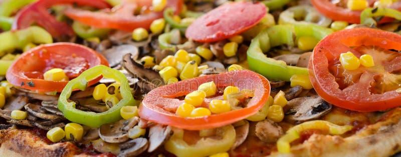 Пицца с овощами - близкое поднимающим вверх стоковые изображения