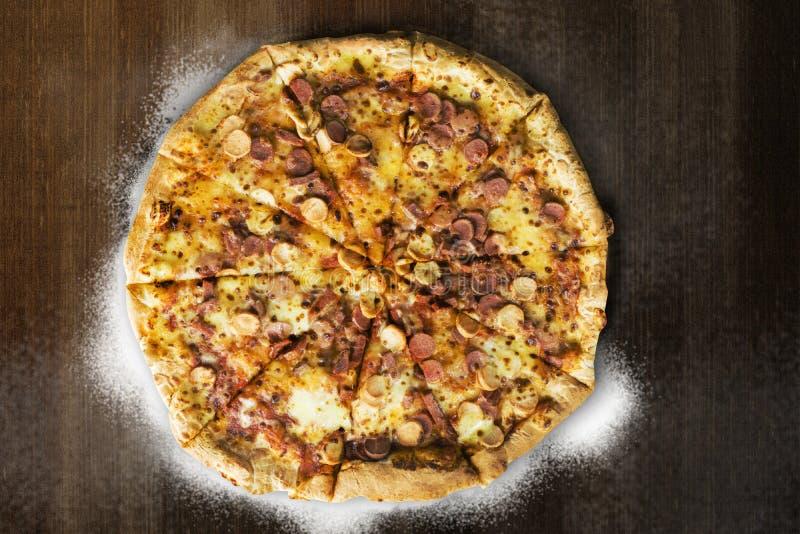 Пицца с отбензиниванием бургера, сосиской говядины, сосиской цыпленка, взбрызнутой с сыром, моццареллой, и соусом стоковое изображение rf