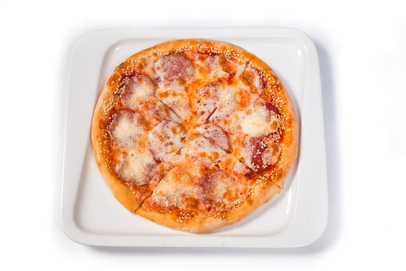 Пицца с сосиской и сыром в белой плите на изолированной белой предпосылке стоковые изображения