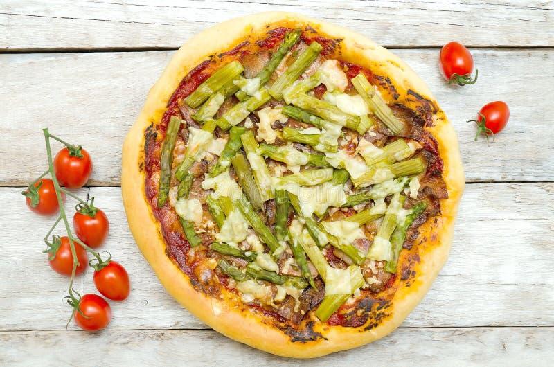 Пицца с спаржей и беконом стоковые изображения rf