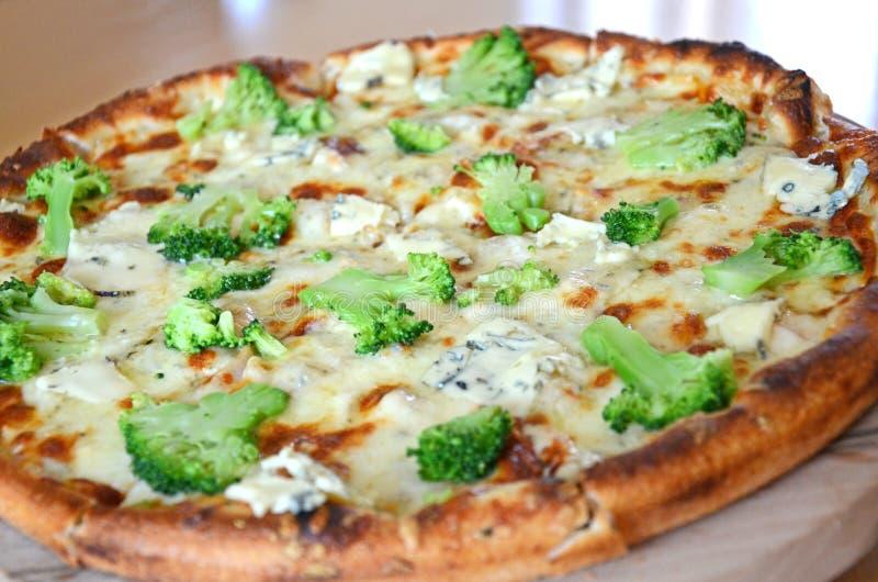 Пицца с сыром брокколи стоковое изображение rf