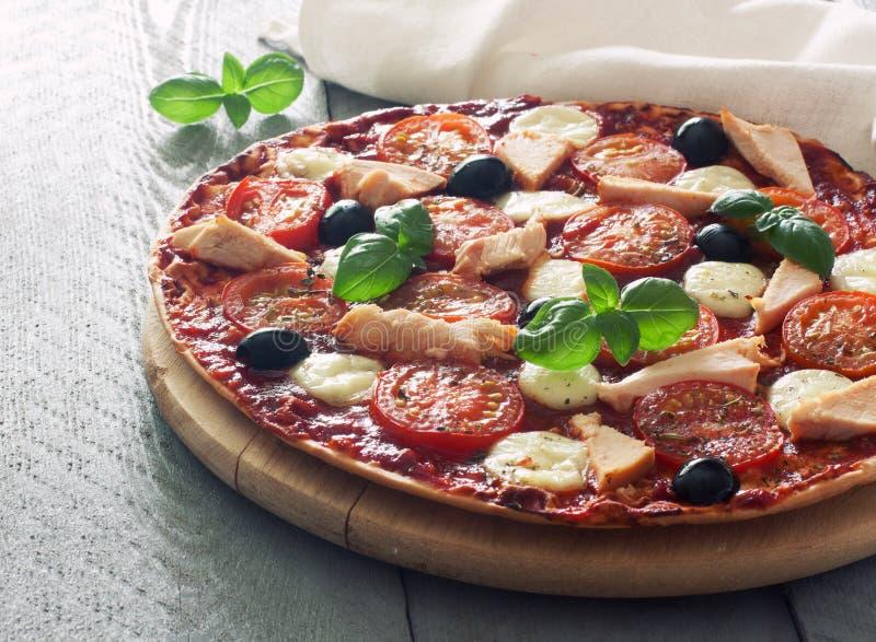 Пицца с томатами, цыпленком и моццареллой стоковое изображение