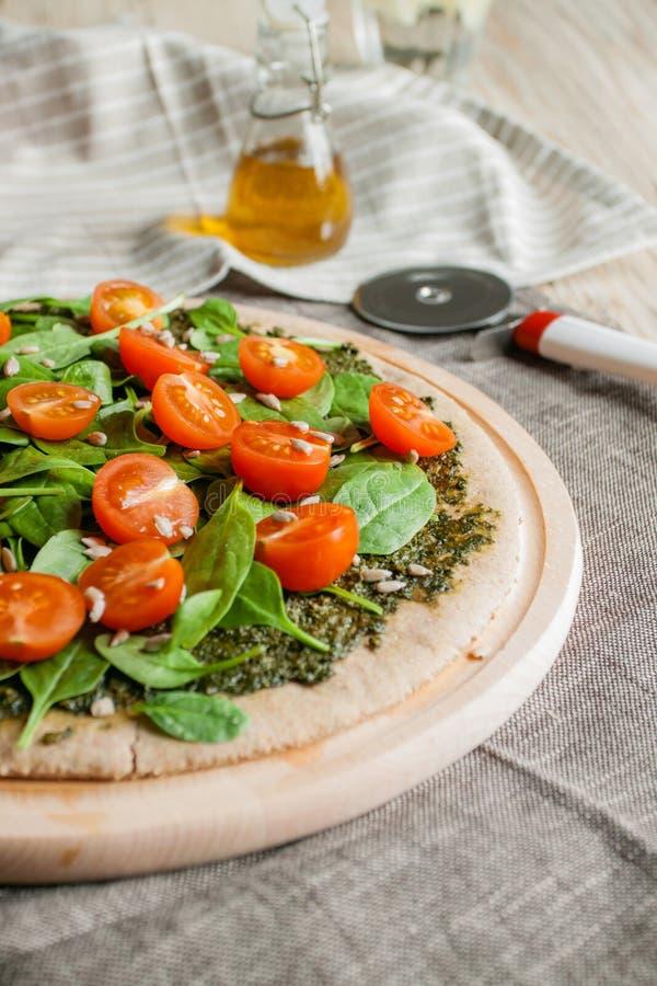 Пицца с томатами pesto, шпината и вишни стоковые фотографии rf