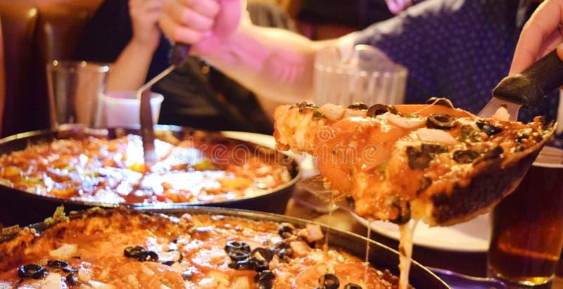пицца тарелки chicago глубокая стоковое изображение