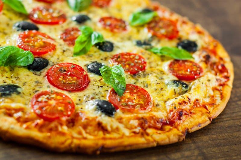 Пицца Margherita или Маргарита с сыром моццареллы, томатом, оливкой стоковое изображение