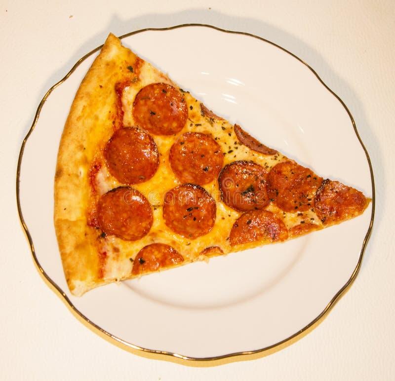 Пицца Pepperoni на белой плите на белой предпосылке стоковые изображения rf