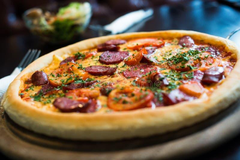 Пицца Pepperoni на деревянной плите стоковые изображения rf