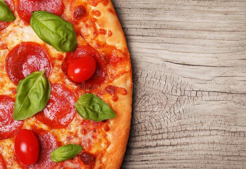 пицца pepperoni путя клиппирования изолированная изображением стоковое фото rf