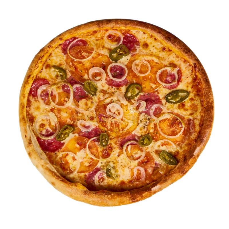 Пицца Pepperoni с перцами chili ветчины и jalapeno на старом деревянном столе Изолированная предпосылка стоковые фото