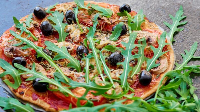 Пицца Veggie с грибами, томатами, черными оливками на темной предпосылке Вегетарианская пицца с овощами и специями стоковое фото rf