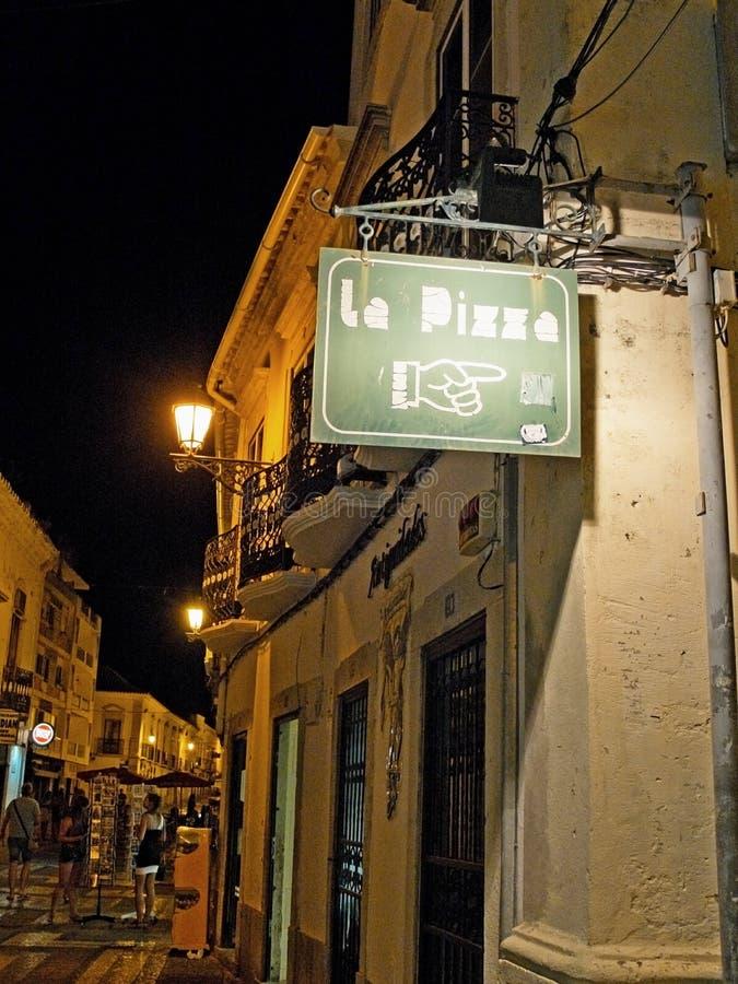 Пиццерия плаката в европейской улице на ноче стоковые изображения rf
