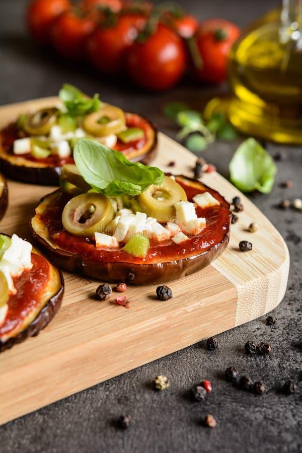 Пиццы баклажана с томатным соусом, сыром, перцем и оливками стоковое фото rf