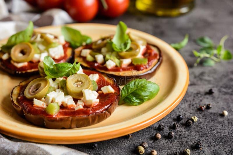 Пиццы баклажана с томатным соусом, сыром, перцем и оливками стоковые изображения