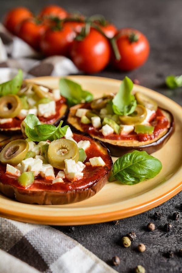 Пиццы баклажана с томатным соусом, сыром, перцем и оливками стоковое изображение