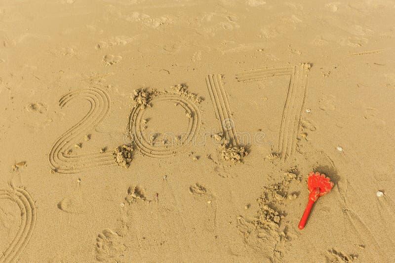 2017 пишут в влажном песке стоковая фотография