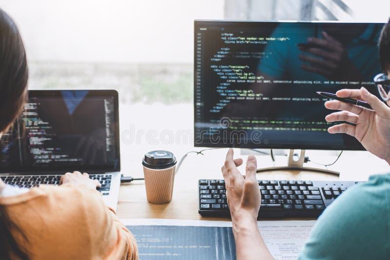 Пишущ коды и печатающ технологию кода данных, работа программиста сотрудничая на проекте вебсайта в программном обеспечении превр стоковое изображение