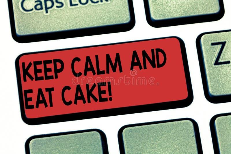 Пишущ показ примечания держите спокойствие и ешьте торт Showcasing фото дела ослабляет и наслаждается съесть сладкий десерт еды стоковые изображения