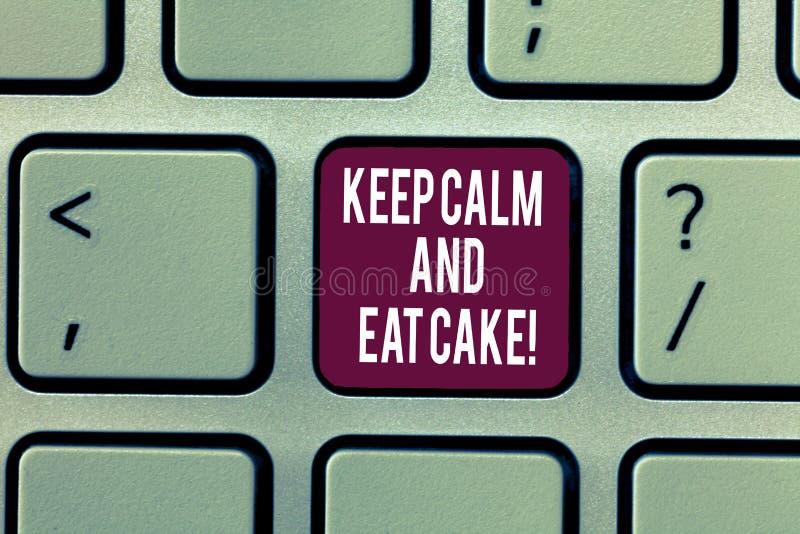 Пишущ показ примечания держите спокойствие и ешьте торт Showcasing фото дела ослабляет и наслаждается съесть сладкий десерт еды стоковая фотография
