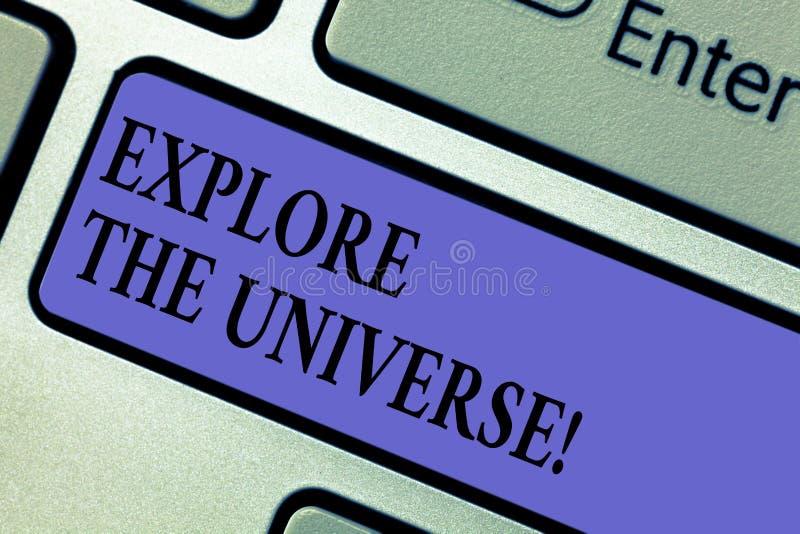 Пишущ показ примечания исследуйте вселенную Showcasing фото дела открывает космос и время и их содержание стоковая фотография